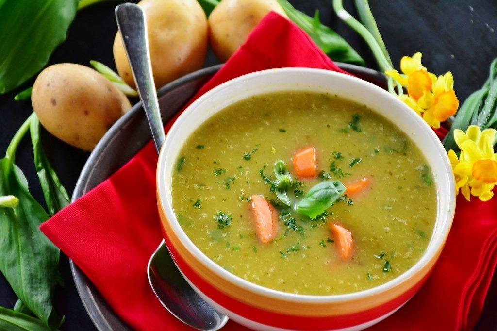 מרק ירקות עם גריסים, חומוס ועדשים